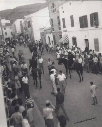 Sant Bartomeu 1962, carrer Nou, a la dreta es veu l'entrada a Cas Sucrer. Col·lecció d'Antoni Camps Fullana.