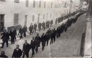 Enterrament de s'ecònom Bartomeu Florit Janer quan passava pel carrer nou de Ferreries. Març de 1926. Col·l. A. Camps Fullana publicada a FOTOS ANTIGUAS DE MENORCA