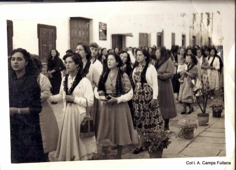 24 d'octubre de 1954. Processó del rosari a Ferreries. Carrer nou, davant es casino. Col·l. A. Camps Fullana. Publicada a FOTOS ANTIGUAS DE MENORCA