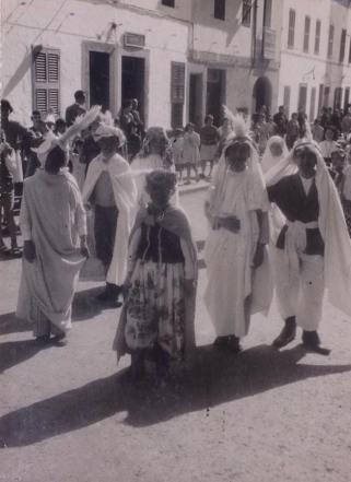 Darrera es veu l'Apotecaria i Es Magatzem. Àlbum de na Layeta, arxiu de la Parròquia de Sant Bartomeu, Ferreries.