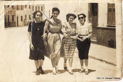 Passetjant pel Carrer Nou. 1950 publicada a FOTOS ANTIGUAS DE MENORCA. Amb na Maria Pons Coll (Magatzem), Gloria Pons Pons (germana Vicent pintor), Margarita Barber (dona José Ma) i Antonia Barber