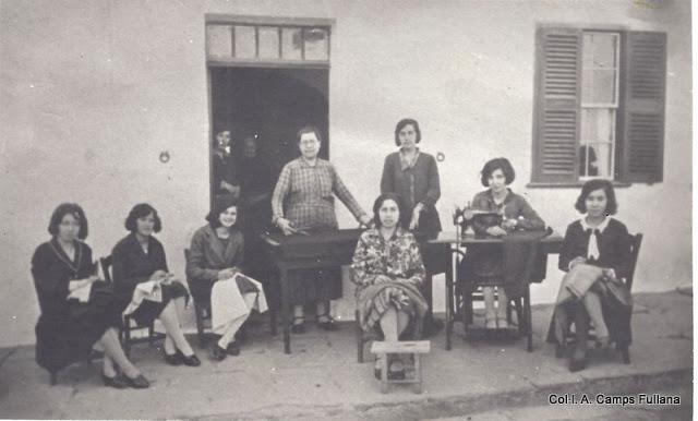 Carrer nou. Sa mestressa Ana Cardona i ses mosses. Feien vestits d'homo i de fiet. Ferreries 1928. Col·l. A. Camps Fullana