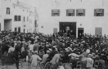 """Aquesta foto és del dia que van nomenar a Dony Josep Febrer """"Fill il·lustre"""" de Ferreries. Era dia 22 de juliol de 1922. Pla de l'Esglèsia publicada per Eugeni Martí a FOTOS ANTIGUAS DE MENORCA"""